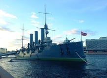 Aurora lineare dell'incrociatore, il simbolo della rivoluzione di ottobre in Russia immagini stock