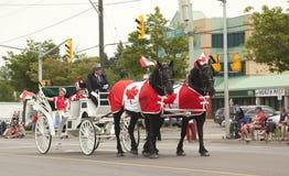 AURORA, ONTÁRIO, CANADÁ 1º DE JULHO: Parada do dia de Canadá na peça da rua de Yong Imagens de Stock Royalty Free