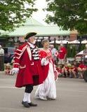 AURORA, ONTÁRIO, CANADÁ 1º DE JULHO: Parada do dia de Canadá na peça da rua de Yong na Aurora imagem de stock royalty free