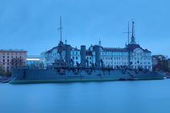 Aurora rusa del crucero en la boca del r?o de Neva en Petersburgo cerca de la escuela naval de Nakhimov fotografía de archivo libre de regalías