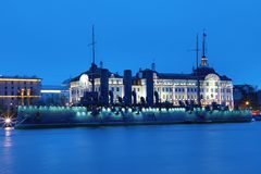 Aurora rusa del crucero en la boca del r?o de Neva en Petersburgo cerca de la escuela naval de Nakhimov imágenes de archivo libres de regalías
