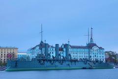 Aurora rusa del crucero en la boca del r?o de Neva en Petersburgo cerca de la escuela naval de Nakhimov imagenes de archivo