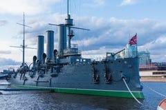 Aurora rusa del crucero en la boca del r?o de Neva en Petersburgo cerca de la escuela naval de Nakhimov imagen de archivo