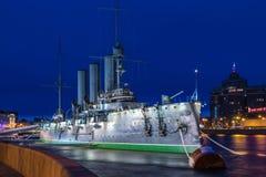 Aurora rusa del crucero en la boca del r?o de Neva en Petersburgo cerca de la escuela naval de Nakhimov imagen de archivo libre de regalías