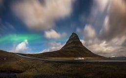 A Aurora soprou no céu sobre a montanha na noite, Islândia de Kirkjufell foto de stock