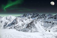 Aurora und Mond in den Bergen Stockfotografie
