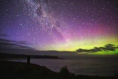 Aurora verde roxa sobre a cerca do penhasco foto de stock