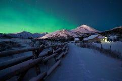 Aurora verde sobre la estación del guardabosques Fotografía de archivo libre de regalías