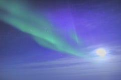 Aurora y luna fotos de archivo