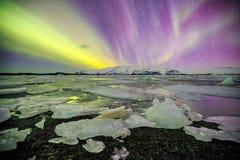 Auroral över glaciärlagun Jokulsarlon i Island royaltyfri foto