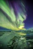 Auroral över glaciärlagun Jokulsarlon i Island royaltyfri fotografi