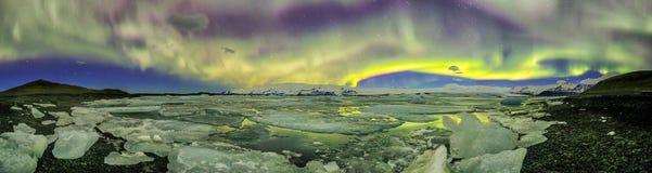 Auroral över glaciärlagun Jokulsarlon i Island arkivbild
