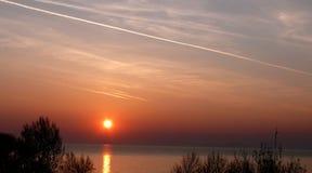 Auroral himmel och chemtrail ovanför sjön Balaton arkivfoto