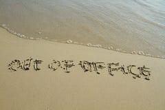 Aus Bürowort auf dem Strand heraus stockfoto
