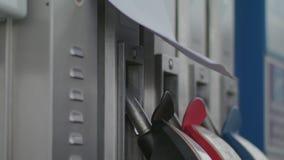 Aus Brennstoff an der Tankstelle heraus stock footage