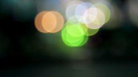 Aus den bunten Bällen des Fokus des Lichtes heraus von links nach rechts bewegend. stock video footage