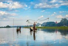 Aus den Schilfen heraus, die auf dem Teich, drei Angelruten heraus haften wachsen Stockfoto