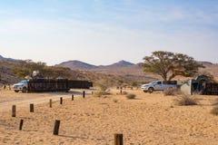 Aus Namibia, Wrzesień, - 3, 2016: Campingowi samochody i campingowa przekładnia w Namib pustyni, przygoda podróżuje w Namibia, Af Zdjęcie Stock