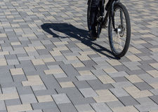 Aus Pflastersteinen i Innenstadt, Bild för Radfahrer auf Fahrradweg Royaltyfria Bilder