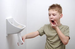 Aus Toilettenpapier heraus Stockfoto