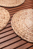 Aus Weiden geflochtener runder Stand auf Tabelle von den hölzernen Stangen Stockfotografie