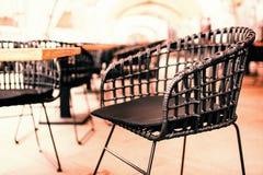 Aus Weiden geflochtener Stuhl im Freien lizenzfreies stockfoto