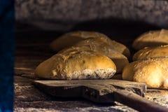 Ausarbeitung des Brotes im traditionellen hölzernen Ofen lizenzfreie stockfotografie