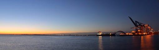 Ausbaggern durch Nacht-Felixstowe-Docks Lizenzfreies Stockbild