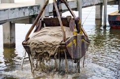 Ausbaggernder Eimer im Seejachthafen Stockfoto