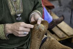 Ausbessern von Wollsocken stockfotos