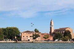 Ausbildende aerobatic Flugzeuge von historischen Gebäuden auf der Küste von Venedig Lizenzfreie Stockfotografie