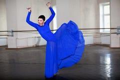 Ausbildende moderne Ballerina Stockfoto