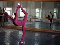 Ausbildende moderne Ballerina Stockbild