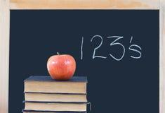 Ausbildung: 123's auf Tafel, Bücher, Apfel Lizenzfreie Stockfotos
