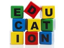 Ausbildung buchstabiert mit Alphabetblöcken Stockfotos