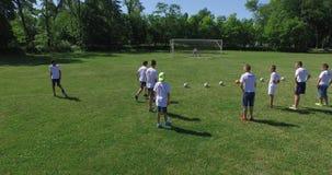 Ausbildung an der Fußballschule, 4k (von der Luft) stock footage