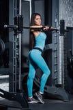 Ausbildung in der Gymnastik Eignungsmädchen, das ihre Zahl aufwirft und zeigt Stockfoto