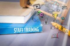 Ausbildung- des Personalskonzept blaues Buch auf einem grauen Bürotisch stockfotografie
