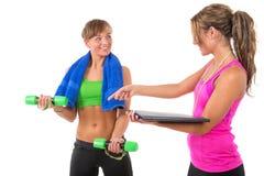 Ausbildung durch weiblichen persönlichen Trainer Lizenzfreie Stockbilder