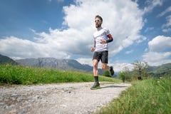 Ausbildung eines Gebirgsmarathonläufers auf der Landstraße stockbild