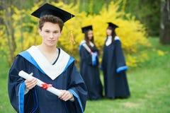 Ausbildung glückliche Staffelungsstudenten mit Diplom Stockbild