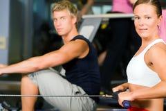 Ausbildung mit Rudersportmaschine Lizenzfreie Stockbilder