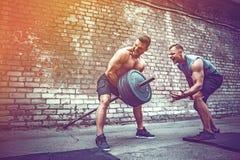 Ausbildung mit zwei muskulöse Athleten lizenzfreies stockfoto