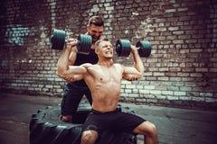 Ausbildung mit zwei muskulöse Athleten stockfotos