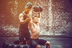 Ausbildung mit zwei muskulöse Athleten lizenzfreie stockbilder