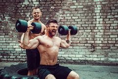 Ausbildung mit zwei muskulöse Athleten lizenzfreie stockfotografie