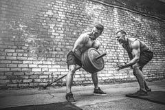 Ausbildung mit zwei muskulöse Athleten stockbild
