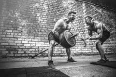 Ausbildung mit zwei muskulöse Athleten lizenzfreies stockbild