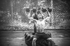 Ausbildung mit zwei muskulöse Athleten stockbilder