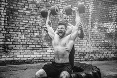Ausbildung mit zwei muskulöse Athleten stockfotografie